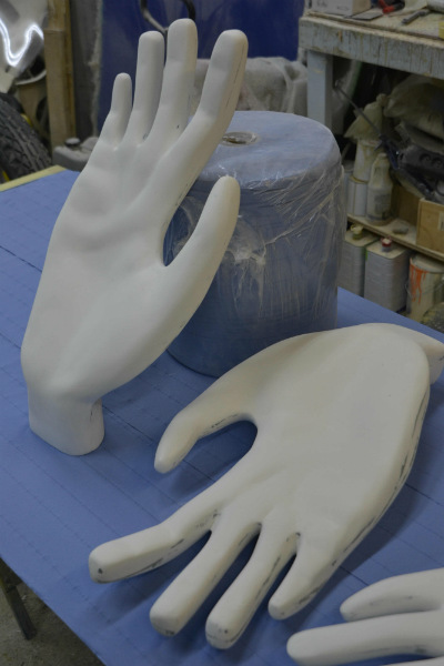 afbeelding van hand, groot hand, hand in polyester, 3D hand, polyester beeld, decor, achtergronddecor, toneel decor, film decor, polyesterdecoratie, eyecatcher, polyester winkeldecoratie, winkeldecoratie, polyesterwerk, polyesterproject, polyester design,  polyester in pretpark,polyester indoorpark, speeltuig in polyester, decor, decorbouw, reclame object, blowups, blow ups, 3D figuur, 3D beeld, figuur in polyester